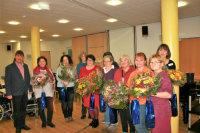 Gruppe der Mitarbeitenden mit Blumenstrauß.; Quelle: Badischer Landesverein für Innere Mission / Beate Allmendinger