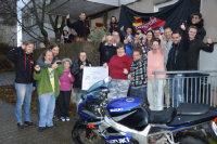 Die Wohngruppe und die Motoradgruppe bei der Spendenübergabe.; Quelle: Badischer Landesverein für Innere Mission / Marina Mandery